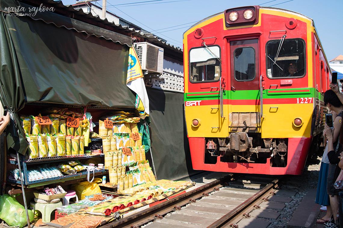 trhovisko, cez ktoré prechádza vlak
